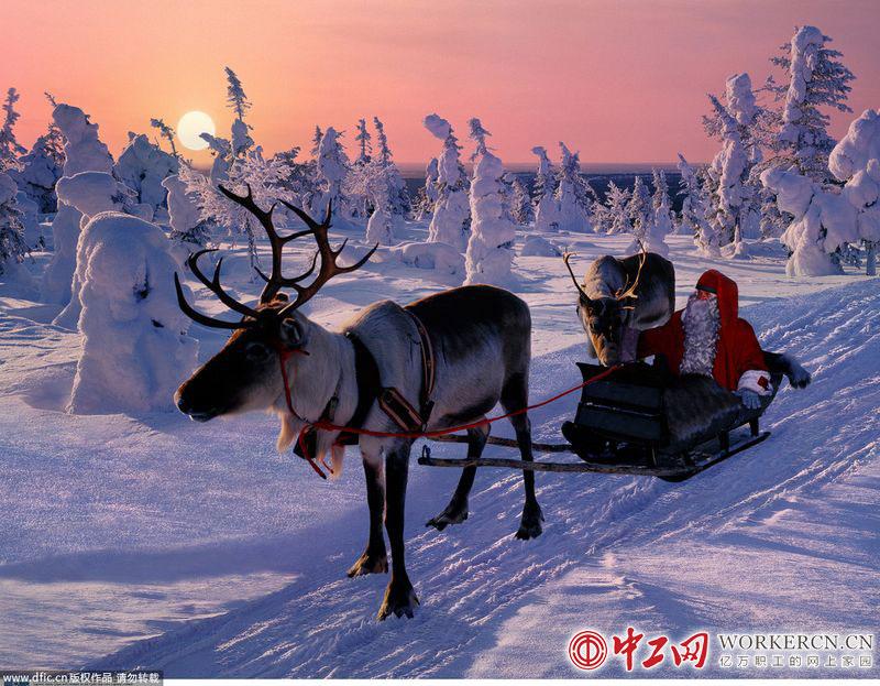 圣诞老人坐着驯鹿雪橇