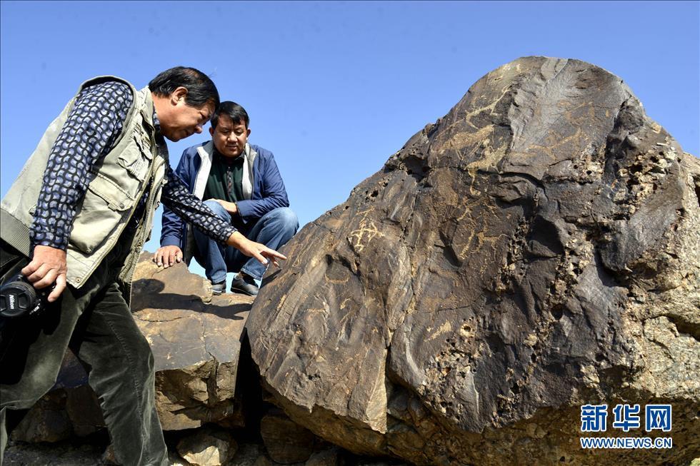 9月17日,内蒙古巴彦淖尔乌拉特中旗的文物管理人员在考察阴山岩画.