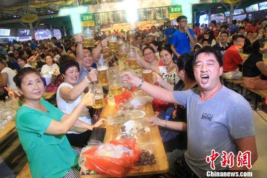 第27屆青島國際啤酒節啟幕黃曉明任公益形象大使