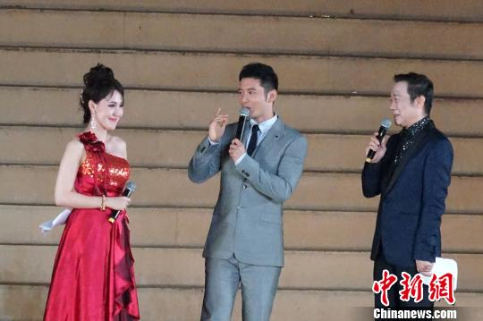 作為公益形象大使,青島籍著名影星黃曉明出席本屆開幕式。 陳志偉 攝