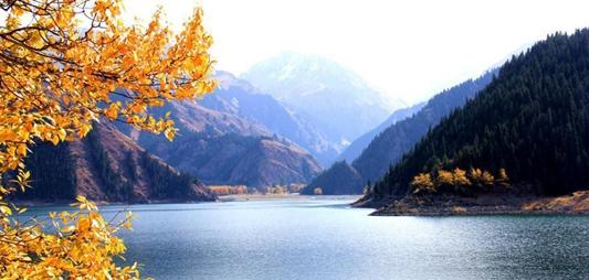 深秋暖陽刷洗天山 天池碧水青松遊人紛至遝來