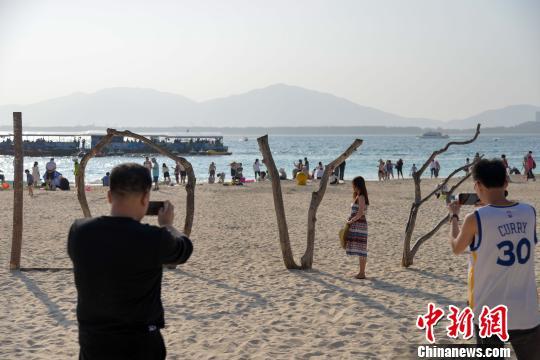 图为游客在蜈支洲岛留影。