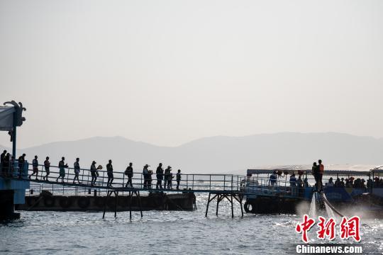 图为游客在蜈支洲岛游玩。