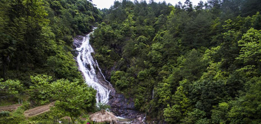 江西鉛山:百米瀑布飛流直下