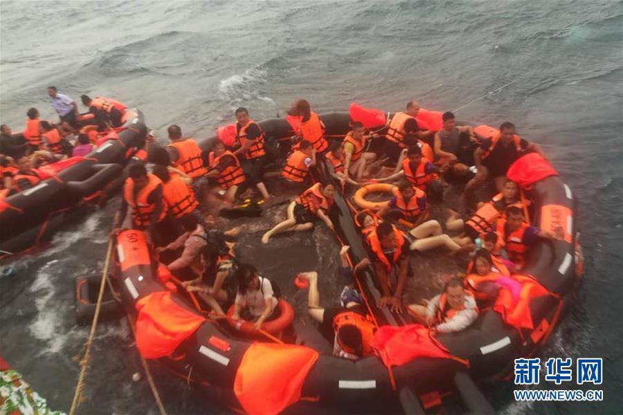 7月5日,在泰国普吉府普吉岛附近海域,翻船事故中游客被救起。新华社发   新华社泰国普吉7月6日电(记者杨舟)中国驻泰国宋卡总领馆6日中午通报,截至当地时间6日9时,泰国南部普吉海域翻船事故涉事中国游客1人溺亡、49人失联、77人获救,获救游客中5人受伤接受手术、6人留院治疗观察。   普吉府府尹诺拉帕6日中午在普吉府救援指挥中心接受新华社记者采访时说,经过重新计算,今日救援行动开始前有58人失踪,救援行动开始后发现了两名幸存者,其中一名为中国游客,另一名为泰籍船员,因此泰国南部普吉海域翻船事故仍有56