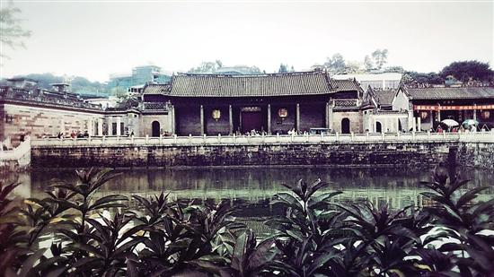 枫溪瓷塑的主要题材为佛,菩萨,仙道以及戏剧人物,动物,玩具等.