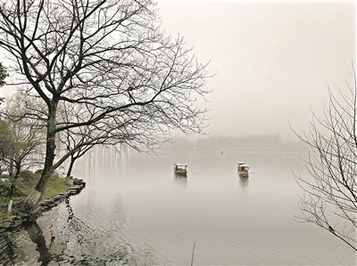 江南好,风景旧曾谙.一到春天,人们便思念那烟雨蒙蒙的江南景象.